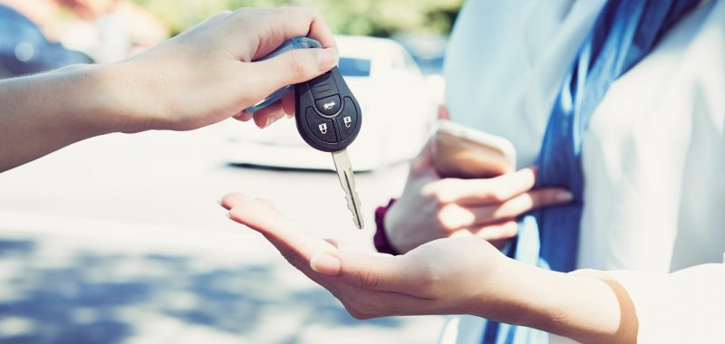 womans-hand-give-the-car-key-and-blurred-background_t20_KyW3PK